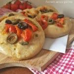 focaccine con pomodorini e olive senza glutine