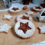 Biscotti-alle-castagne-farciti-con-crema-alle-nocciole.